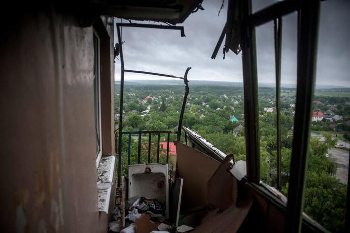 A broken balcony in a residential building damaged by mortar fire of Ukrainian forces in Lugansk.(RIA Novosti / Valeriy Melnikov)