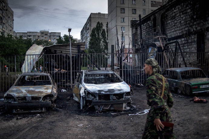 Burned-out cars in the Mirny district of Lugansk, hit by artillery fire.(RIA Novosti / Valeriy Melnikov)