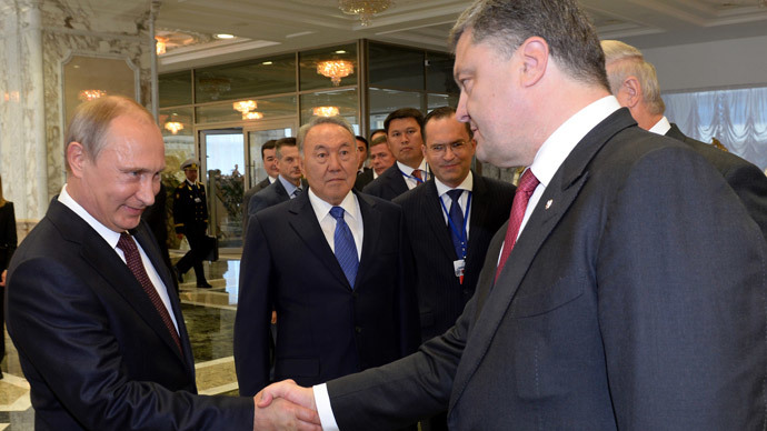 Russia's President Vladimir Putin (L) and Ukraine's President Petro Poroshenko (R) shake hands during a summit in Belarus' capital of Minsk on August 26, 2014.(AFP Photo / Sergei Bondarenko )