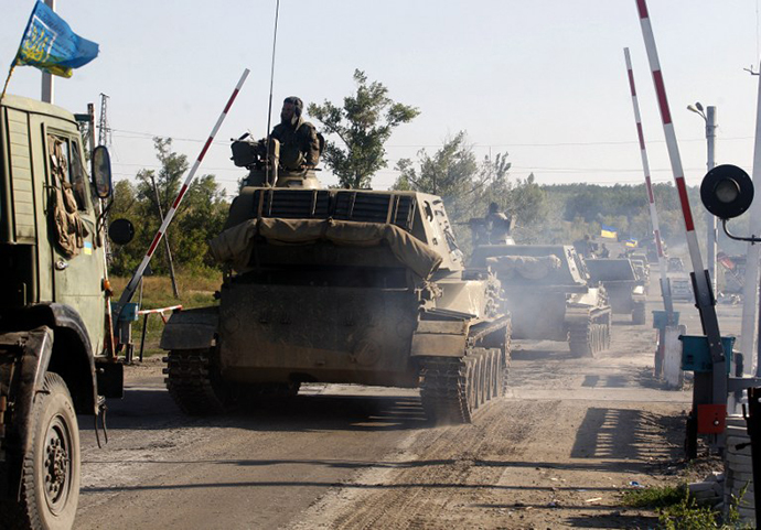 A column of Ukrainian tanks travels in Donetsk region on September 3, 2014. (AFP Photo / Anatolii Stepanov)