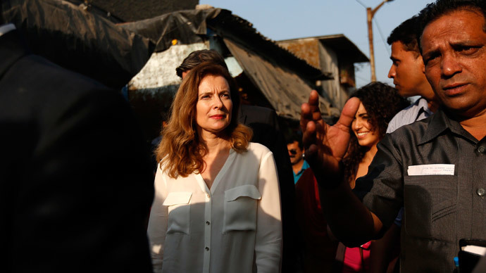 Valerie Trierweiler (C), former companion of French President Francois Hollande, walks through a street during her visit to a slum in Mumbai.(Reuters / Mansi Thapliyal )