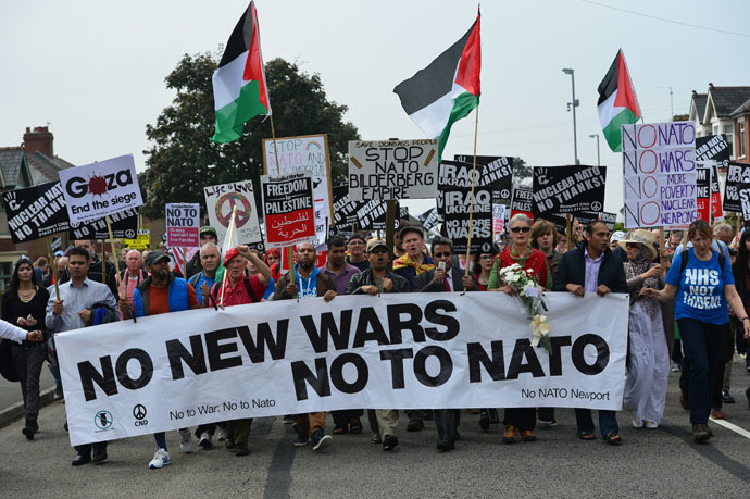 Demonstrators take part in a protest march against the 2014 NATO Summit in Newport, Wales, on September 4, 2014. (AFP Photo)