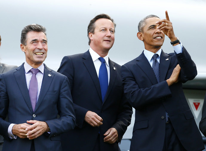 (L-R) NATO Secretary-General Anders Fogh Rasmussen, Britain's Prime Minister David Cameron and U.S. President Barack Obama watch a fly-past by the Red Arrows during the NATO summit at the Celtic Manor resort, near Newport, in Wales September 5, 2014.(Reuters/Andrew Winning)