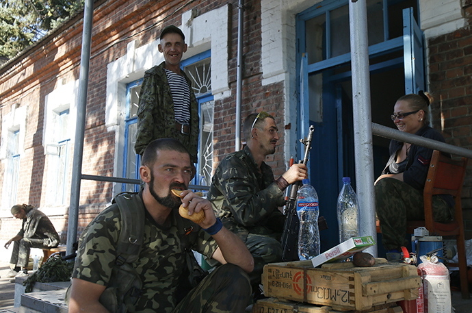 Anti-government rebels rest outside a house in the eastern Ukrainian town of Ilovaysk, September 5, 2014. (Reuters / Maxim Shemetov)