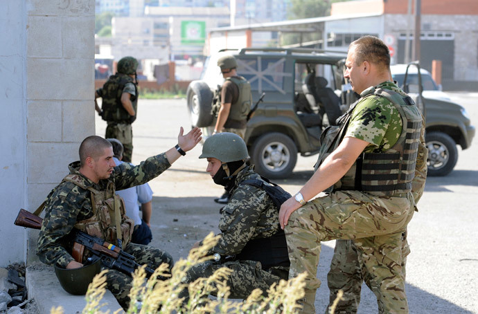 Ukrainian servicemen stand guard on September 7, 2014 at a Ukrainian army checkpoint on the outskirts of the key southeastern port city of Mariupol, after an overnight bombing attack.(AFP Photo / Alexander Khudoteply)