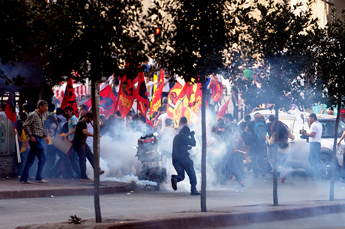 Turkish riot police use tear gas and water cannons during a clash with protesters on September 7, 2014 in Istanbul. (AFP Photo / Ozan Kose)