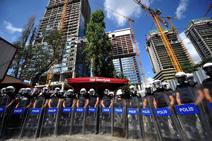 Turkish riot police stand guard during a clash with protesters on September 7, 2014 in Istanbul. (AFP Photo / Ozan Kose)