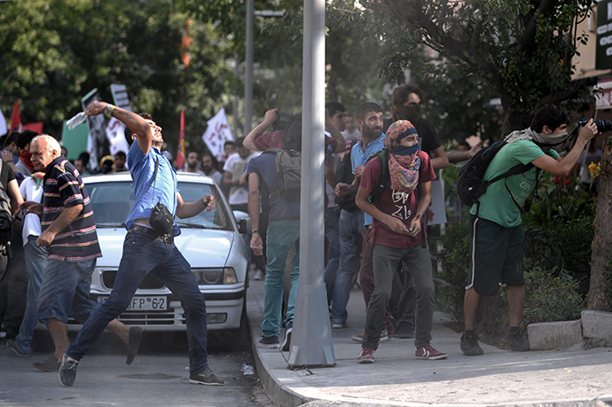 Protestors face Turkish riot police on September 7,2014 in Istanbul. (AFP Photo / Ozan Kose)