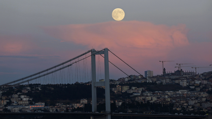 A full moon rises over the Bosphorus bridge in Istanbul September 8, 2014.(Reuters/Murad Sezer)