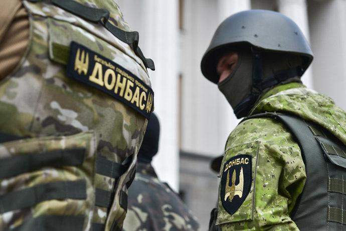 Fighters of the Donbass battalion by the building of the Verkhovna Rada in Kiev. (RIA Novosti/Evgeny Kotenko)