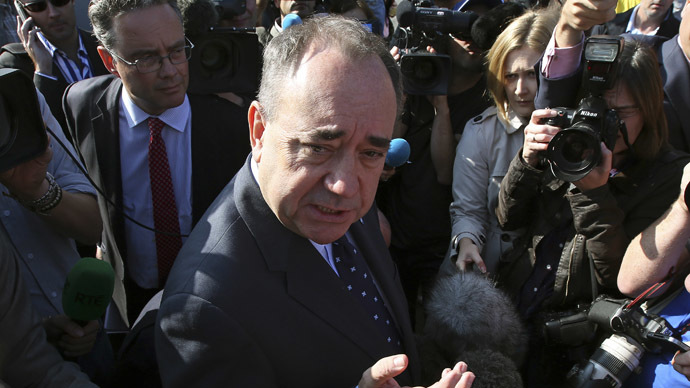 Scotland's First Minister Alex Salmond speaks to members of the media as he campaigns in Edinburgh, Scotland September 10, 2014. (Reuters/Paul Hackett)