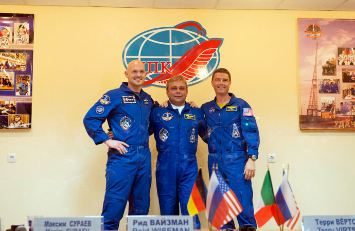 Expedition 40/41 crew members - ESA German astronaut Alexander Gerst, Russian cosmonaut Max Suraev, and US astronaut Reid Wiseman of NASA - pose for a photograph during a press conference prior to the Expedition 40/41 launch of a Soyuz rocket which will connect with the International Space Station (ISS).(AFP Photo / Stephane Corvaja)