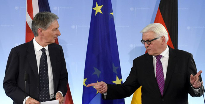 German Foreign Minister Frank-Walter Steinmeier (R) and his British counterpart Philip Hammond arrive for a news conference after talks in Berlin on September 11, 2014. (AFP Photo / Tobias Schwarz)