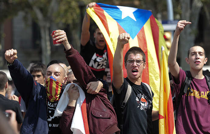 Pro-independentists gesture at anti-independentists demonstrating for the unity of Spain in the centre of Barcelona during Catalonia National Day (Diada) on September 11, 2014. (AFP Photo / Josep Lago)