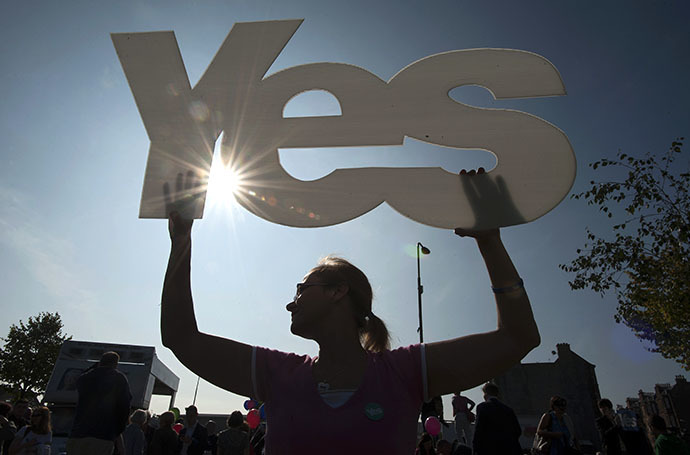 A 'Yes' supporter is pictured during a visit by Scotland's First Minister Alex Salmond in Edinburgh in Scotland, on September 10, 2014, ahead of the referendum on Scotland's independence. (AFP Photo / Lesley Martin)