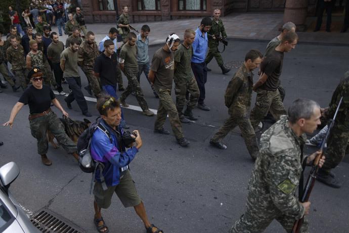 A column of captured Ukrainian servicemen marches along the streets of Donetsk.(RIA Novosti / Maks Vetrov)
