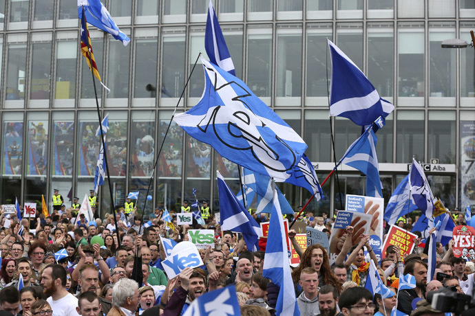 'Yes' campaign people gather for a rally outside the BBC in Glasgow, Scotland September 14, 2014. (Reuters/Paul Hackett)
