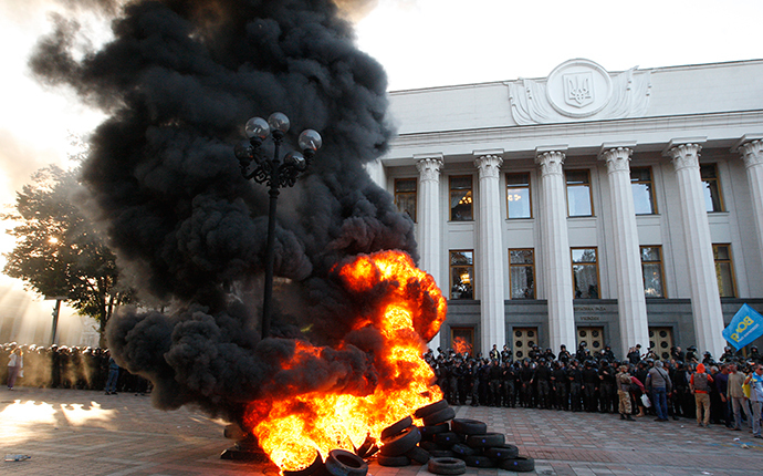 Protesters burn tyres outside the Ukrainian Parliament on September 16, 2014. (AFP Photo / Yuriy Kirnichny)