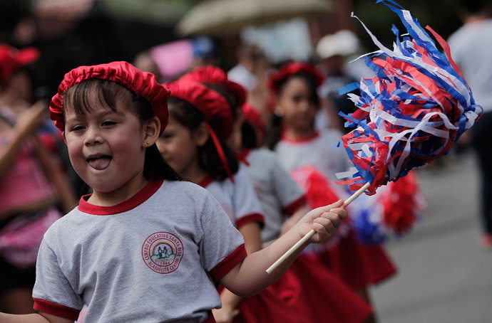Schoolchildren take part in a parade to commemorate Costa Rica's Independence Day in San Jose (Reuters / Juan Carlos Ulate)