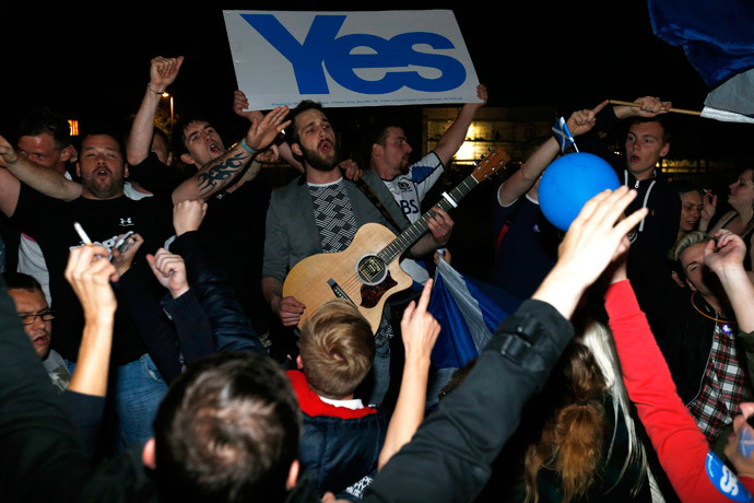 "Supporters from the ""Yes"" Campaign sing outside the Scottish Parliament in Edinburgh, Scotland September 19, 2014. (Reuters / Russell Cheyne)"