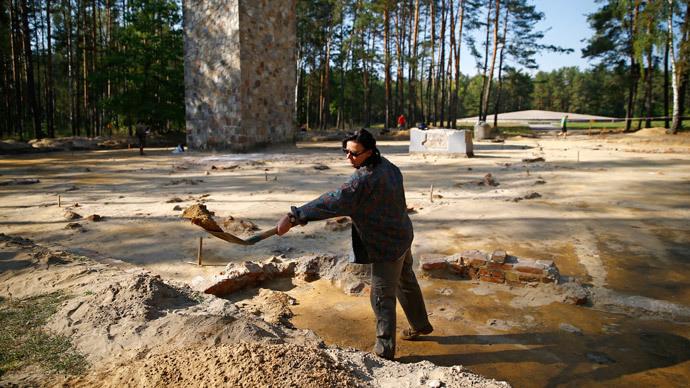 Archeologist and historian Anna Zalewska digs inside the perimeter of a Nazi death camp in Sobibor September 18, 2014.(Reuters / Kacper Pempel)