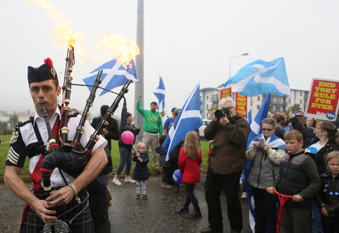 """A man plays the bagpipes on a """"short walk to freedom"""" march in Edinburgh, Scotland September 18, 2014. (Reuters/Paul Hackett)"""