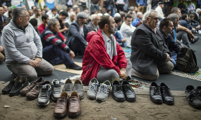 Muslims perform Friday prayers on Skalitzer Strasse (street) in Berlin September 19, 2014. (Reuters/Hannibal)
