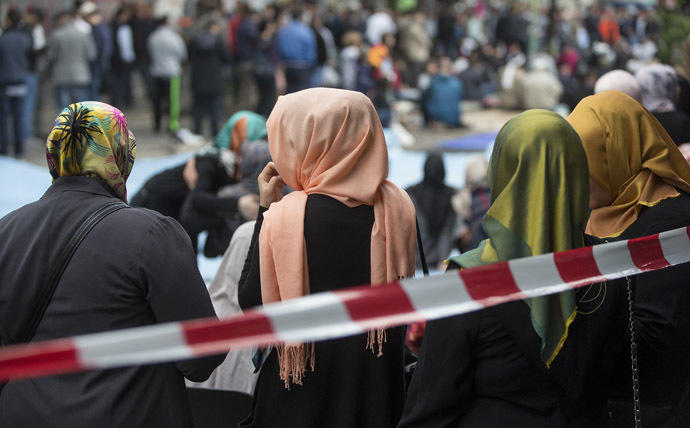 Muslim women with headscarves wait after Friday prayers on Skalitzer Strasse (street) in Berlin September 19, 2014. (Reuters/Hannibal)