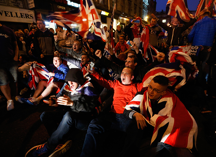 Pro-union protestors chant and wave Union Flags during a demonstration at George Square in Glasgow, Scotland September 19, 2014 (Reuters / Cathal McNaughton)