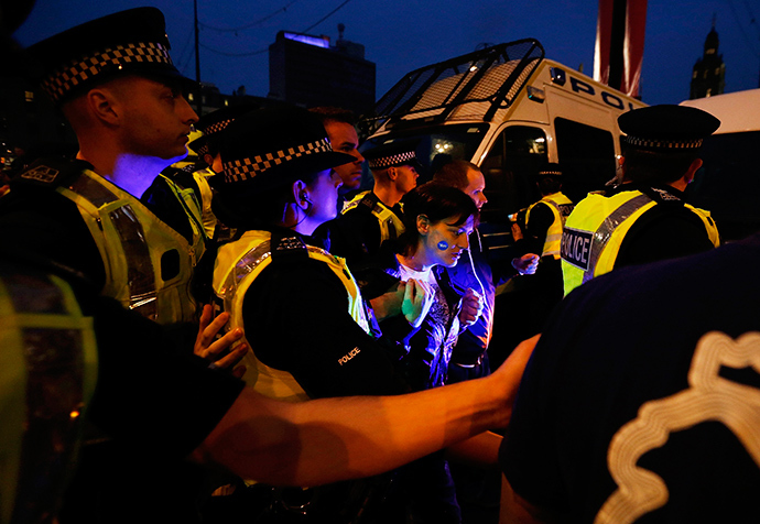 A pro-independence protestor is taken away by police after scuffling with pro-union protestors during a demonstration at George Square in Glasgow, Scotland September 19, 2014 (Reuters / Cathal McNaughton)