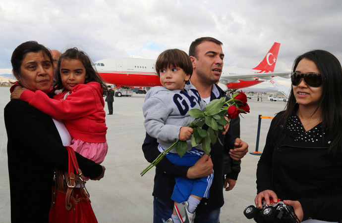 Freed Turkish nationals hostages held by Islamist militants in northern Iraq for more than three months, are welcomed by their relatives at the Esenboga Airport in Ankara, on September 20, 2014. (AFP Photo)