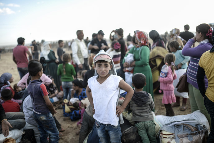 Syrian Kurds wait near Syria border at the southeastern town of Suruc in Sanliurfa province, on September 20, 2014 (AFP Photo/Bulent Kilic)