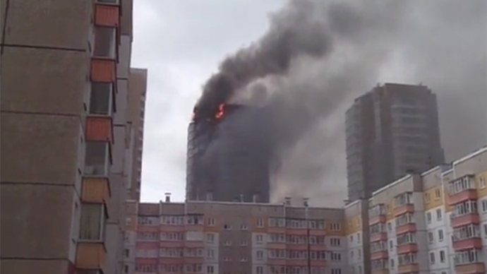 Inferno engulfs residential tower in Siberia (VIDEO)