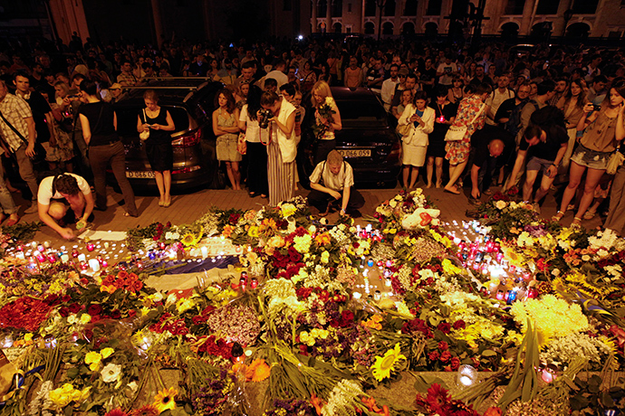 People leave candles and flowers at the Dutch embassy for victims of Malaysia Airlines MH17, which crashed in eastern Ukraine, in Kiev July 17, 2014 (Reuters / Valentyn Ogirenko)