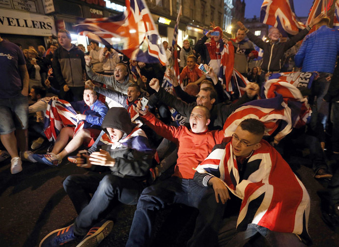 Pro-union protestors chant and wave Union Flags during a demonstration at George Square in Glasgow, Scotland September 19, 2014. (Reuters/Cathal McNaughton)