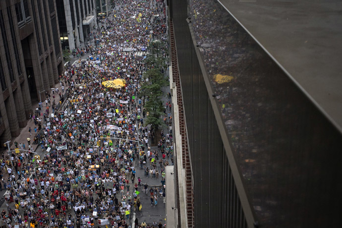 Tens of thousands march down 6th Avenue while taking part in the People's Climate March through Midtown, New York September 21, 2014. (Reuters/Adrees Latif)