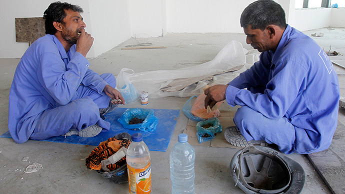 ARCHIVE PHOTO: Labourers have lunch at a construction site in Doha June 18, 2012. (Reuters / Stringer)