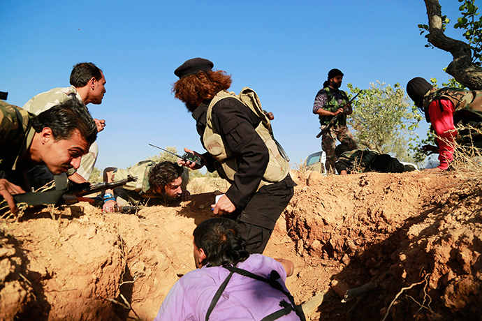 Rebel fighters from Harakat Hazm (Hazm movement) take cover after a mortar shell hits near them in Aleppo's Sheikh Said district (Reuters / Hamid Khatib)