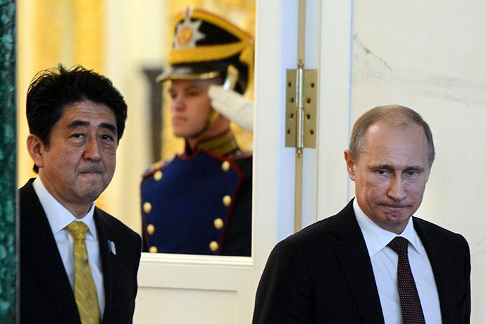 Russia's President Vladimir Putin (R) and Japan's Prime Minister Shinzo Abe (Reuters / Kirill Kudryavtsev)