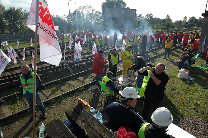 Polish miners stand on railtracks in Braniewo near the northern border with Russia's Kaliningrad province to stop a train carrying cheaper Russian coal, on September 24, 2014 (AFP Photo / Tomasz Waszczuk)