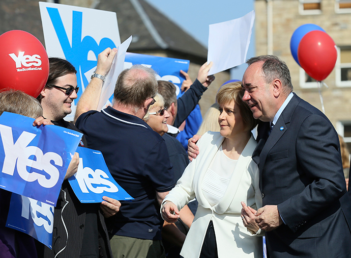 Scotland's First Minister Alex Salmond (R) and deputy First Minister Nicola Sturgeon pose for a photograph as they campaign in Edinburgh, Scotland September 10, 2014 (Reuters / Paul Hackett)