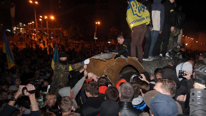 Unknown persons near the toppled monument to Lenin in Kharkov.(RIA Novosti / Sergey Kozlov)