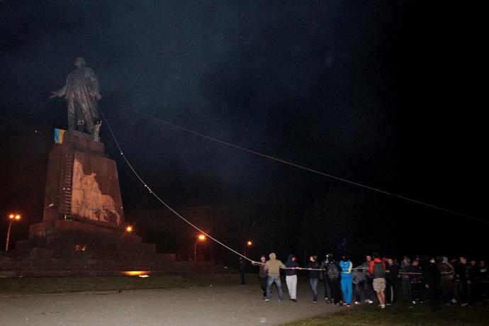 Unknown persons topple a monument to Lenin in Kharkov. (RIA Novosti/ Sergey Kozlov)