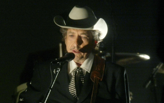Bob Dylan performs at the 44th Annual Grammy Awards in Los Angeles February 27, 2002. (Reuters/Gary Hershorn)