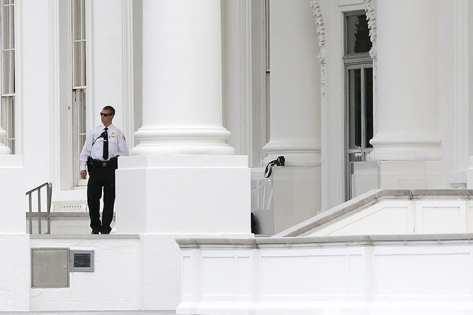 A member of the Uniformed Division of the Secret Service patrols the North Portico of the White House in Washington September 29, 2014. (Reuters/Jonathan Ernst)