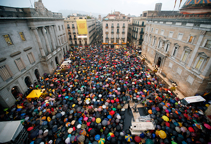 Catalan pro-independence supporters protest against the Spanish Constitutional Court in front of the Generalitat de Catalunya in Barcelona September 30, 2014 (Reuters / Albert Gea)