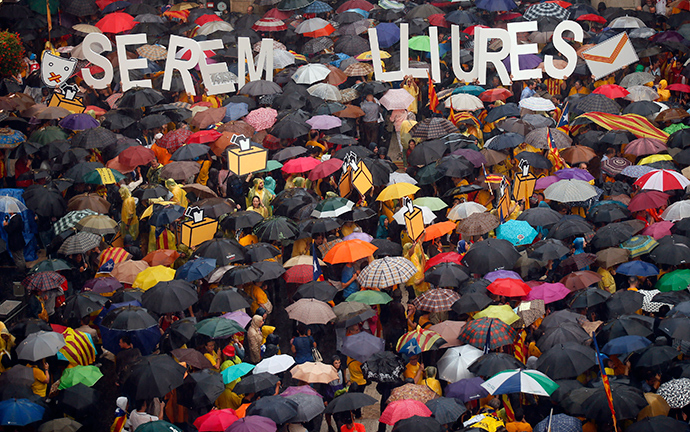 Catalan pro-independence supporters gather to protest against the Spanish Constitutional Court in front of the Generalitat de Catalunya in Barcelona September 30, 2014 (Reuters / Albert Gea)