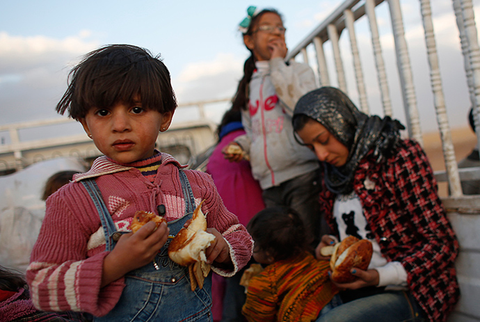 Kurdish Syrian refugees stand in a truck at the Turkish-Syrian border near the southeastern town of Suruc in Sanliurfa province September 25, 2014 (Reuters / Murad Sezer)