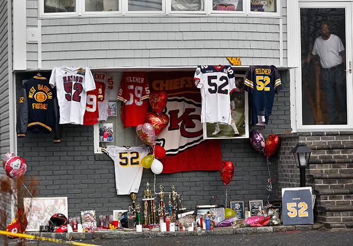 A makeshift memorial for Kansas City Chiefs football player Jovan Belcher is seen outside his mother's home in West Babylon, New York December 4, 2012 (Reuters / Shannon Stapleton)