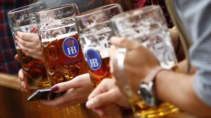 Drug & alcohol addicts in German city get free beer, cash for cleaning